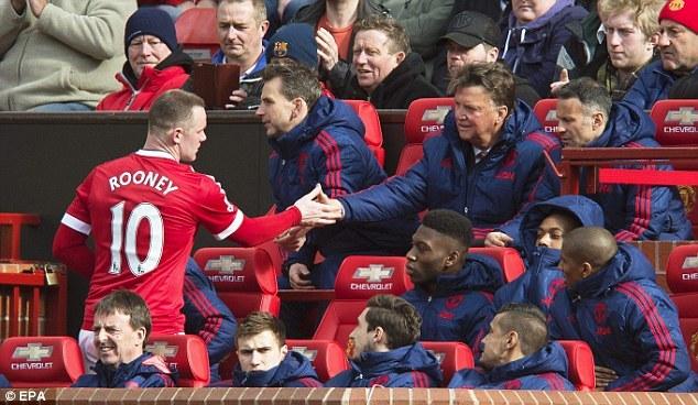 Bị thay ra, Rooney 'nổi điên' với Van Gaal