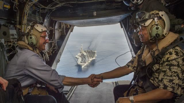 Bộ trưởng Quốc phòng Mỹ, Philippines bắt tay giữa Biển Đông