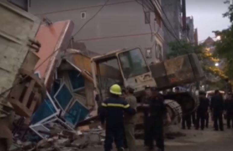 Sập nhà 5 tầng giữa phố, 3 người chết