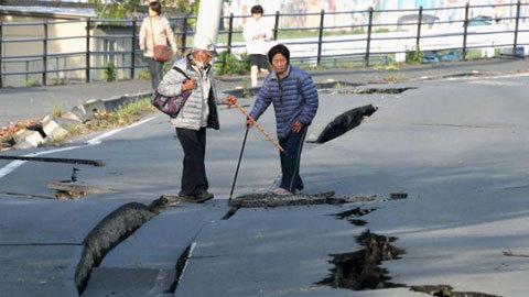 Người Nhật trật tự xếp hàng nhận cứu trợ