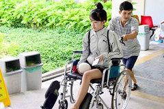 Mạnh thường quân thuê xe đưa nữ sinh bị cưa chân về nhà