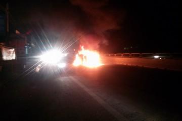 Đâm xe liên hoàn, xe tải bốc cháy dữ dội trong đêm