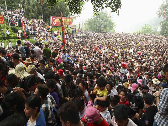 2,5 triệu khách chen nhau ngày giỗ Tổ, cả nghìn cảnh sát được huy động