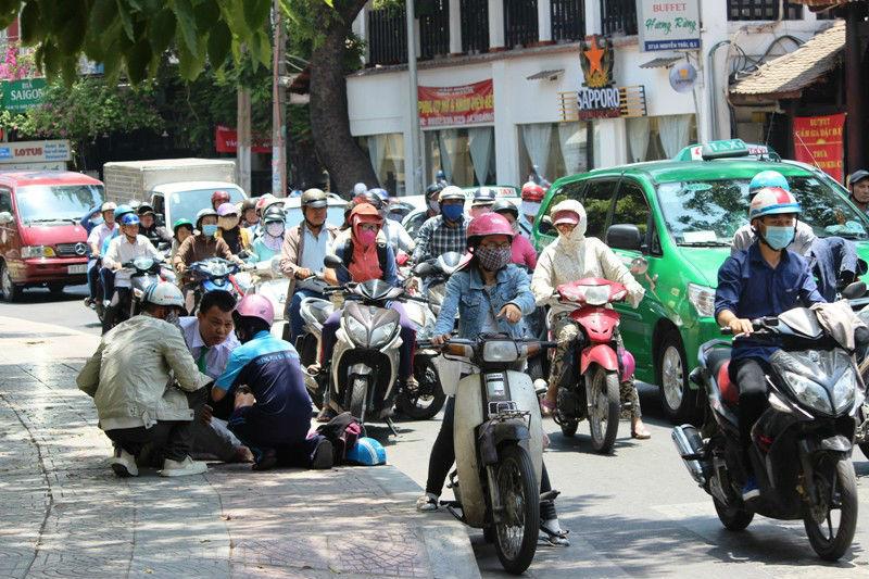 Người Sài Gòn quay cuồng trong nắng nóng 40 độ C