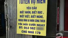 """Hà Nội: Người đàn ông treo biển """"tuyển vợ hiền"""" trước nhà"""
