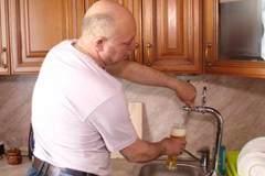 'Bợm nhậu' mắc ống dẫn bia tươi về tận nhà