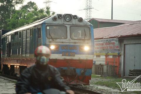Tàu hỏa nhường xe máy