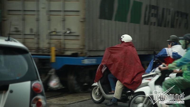 Tái mặt vì tàu hỏa lao đến vẫn cố sang đường