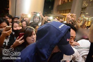 Xiumin (EXO) ngộp thở, suýt ngã trong vòng vây fan Việt