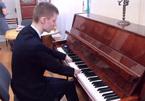 Tài năng piano của cậu bé không tay làm mê hoặc người nghe