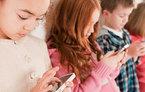 Cảnh báo nguy cơ trẻ bị lác mắt vì smartphone
