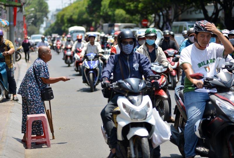 Người Sài Gòn căng mình mưu sinh dưới nắng nóng 40 độ
