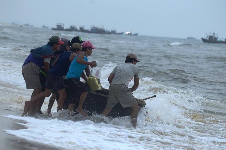 Cá chết trôi dạt bờ biển miền Trung giảm mạnh