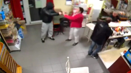 Xem cô chủ tay không xử tên cướp có súng