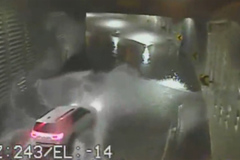 Cô gái chết ngạt vì lao ô tô xuống đường hầm ngập nước