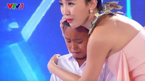 Rơi nước mắt trước giọng hát của cậu bé nghèo 13 tuổi