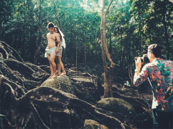 Đằng sau bộ ảnh 'cưới' nude táo bạo gây sốt mạng