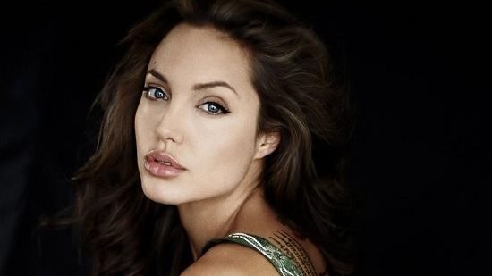 Angelina Jolie gián tiếp phủ nhận tin đồn chia tay