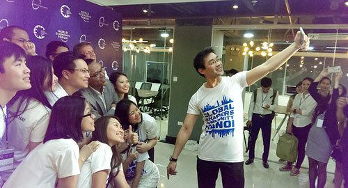 Nguyên Phó Thủ tướng Đức - Giám đốc điều hành Diễn đàn Kinh tế thế giới Philipp Rösler chụp ảnh kỉ niệm với các bạn trẻ tại Hà Nội. (Ảnh: Phạm Thịnh)
