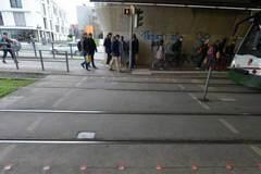 Lắp đèn giao thông dưới đất cho dân nghiền điện thoại