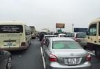 Cao tốc Pháp Vân ùn hơn 10 km sau vụ lật xe tải