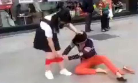 Clip gây sốc: Cô gái bị lột đồ sao không ai giúp đỡ?
