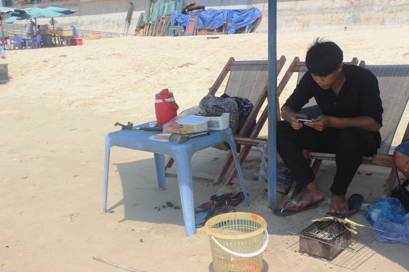 Bị phản ứng, Vũng Tàu vẫn quyết dọn đồ nấu nướng trên bãi biển