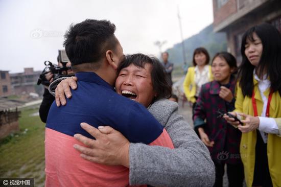Bật khóc cảnh mẹ con đoàn tụ sau 22 năm xa cách