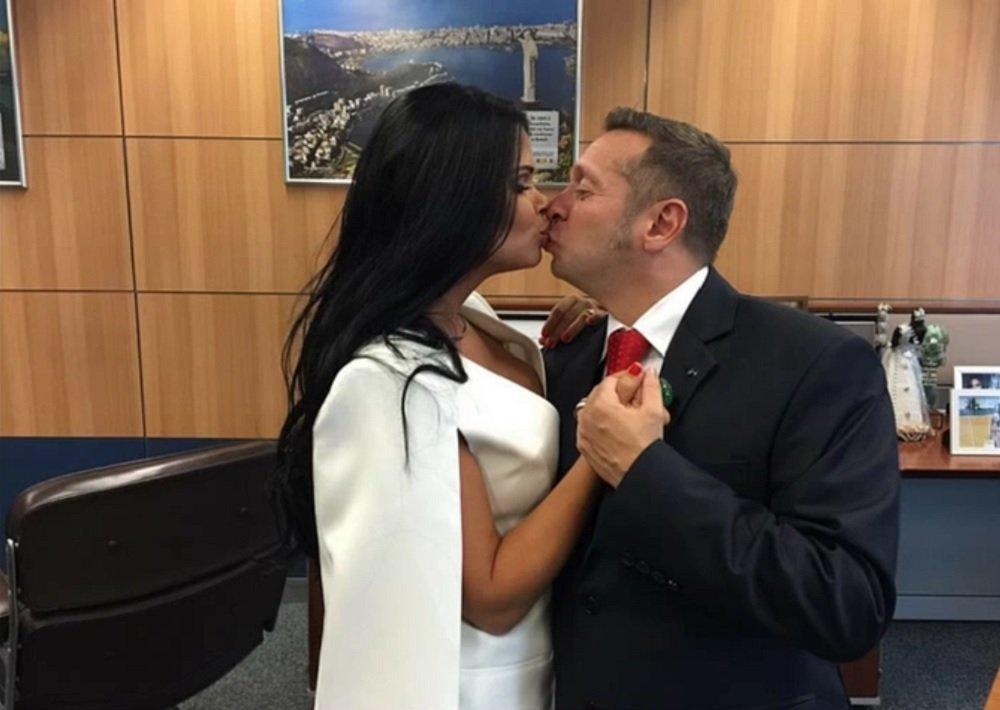 Vợ bộ trưởng gây bão vì 'mặc như không'