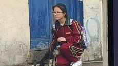 Nữ sinh che mưa cho chó bất ngờ nổi tiếng