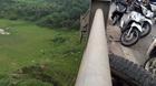 Xe tải đâm bung lan can cầu Vĩnh Tuy, giao thông tê liệt