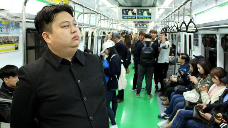 Dân Seoul hào hứng chụp ảnh với người giống hệt Kim Jong-un