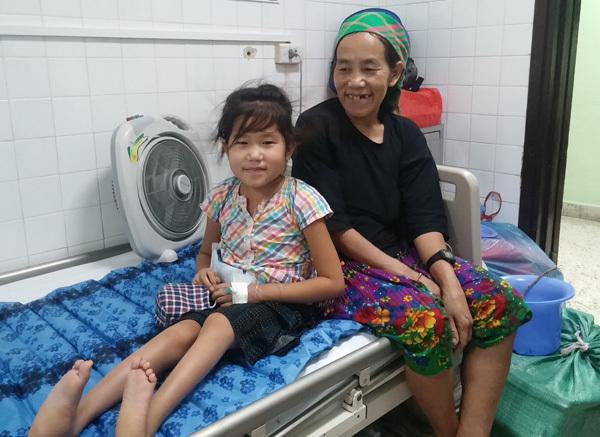 Hết đi 4 chân, bé gái cõng khối u mỉm cười ra viện