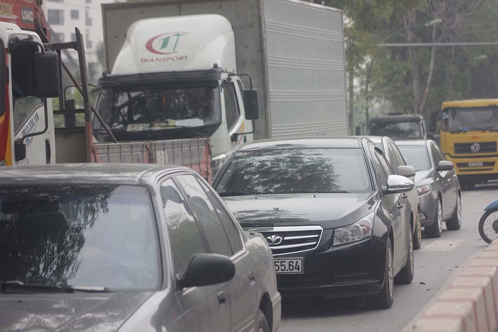 Không mua nổi vé, dân tràn ra đường bắt taxi về nghỉ lễ
