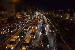 Đường nội đô đẹp nhất Sài Gòn tắc nghẽn lúc giữa đêm