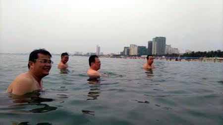 Quan chức Đà Nẵng tắm biển, khẳng định nước an toàn
