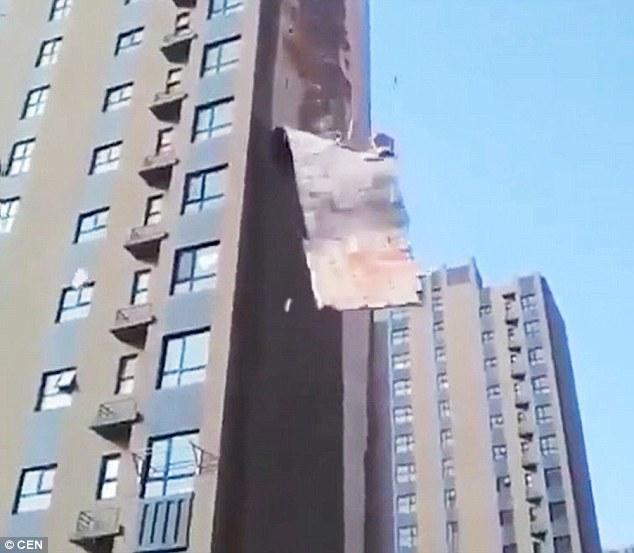 Khoảnh khắc kinh hoàng, mảng tường khổng lồ chung cư bị gió 'bóc'