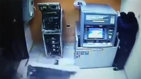 10 clip 'nóng': Cô gái hạ gục kẻ sàm sỡ mình trong thang máy