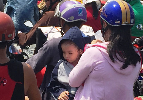 Ngày đầu nghỉ lễ, khu vui chơi Sài Gòn đông nghẹt người
