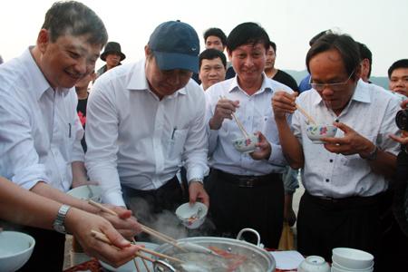 Chủ tịch Đà Nẵng ăn cá hấp ngay cảng cá