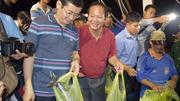 Bộ trưởng TT&TT mua cá cho ngư dân