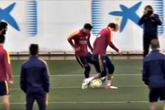 """Messi khiến Pique """"mất mặt"""" với đồng đội"""
