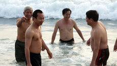 Bí thư Xuân Anh tắm biển cùng du khách