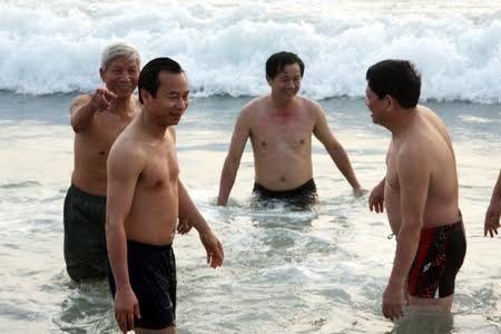 Khi quan chức ăn cá, tắm biển cùng dân