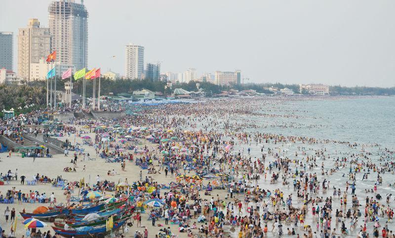 Biển Vũng Tàu đông nghịt, khách sạn cháy phòng
