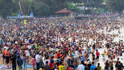 Trời tối, hàng vạn người vẫn ùn ùn đổ về Đồ Sơn