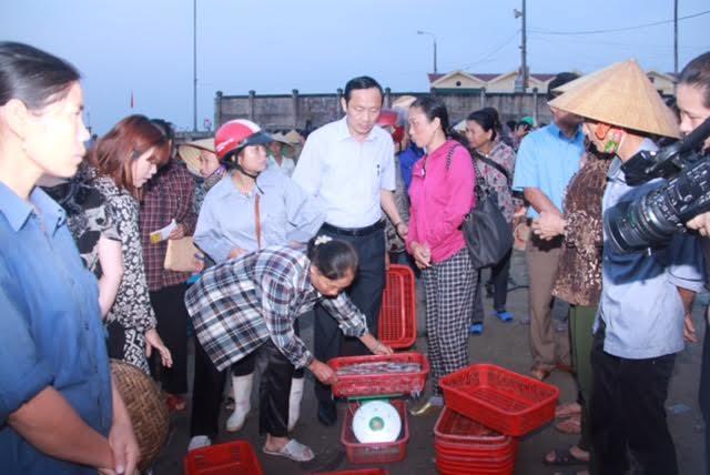 Chen chúc mua cá biển từ tinh mơ