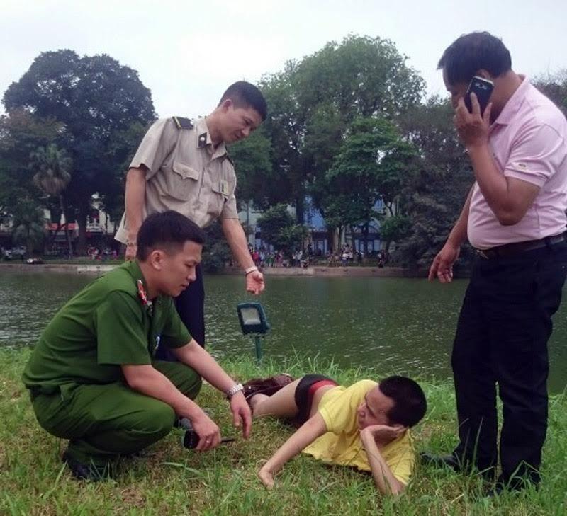 Nam thanh niên bơi ra tháp Rùa tạo dáng 'nàng tiên cá'