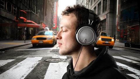 Nếu bạn thích đeo tai nghe ra phố, hãy xem video này