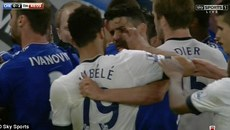 Diego Costa bị cầu thủ Tottenham móc mắt